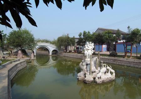 南与横溪镇交界,西与姜山镇接壤,距宁波市区15公里,是鄞州区云龙镇