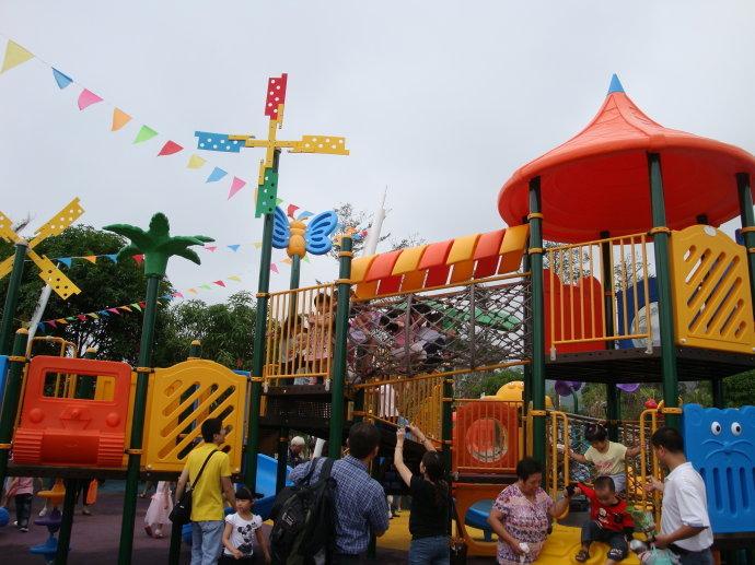 福州儿童公园(5张)主入口大门造型设计为钢结构榕树