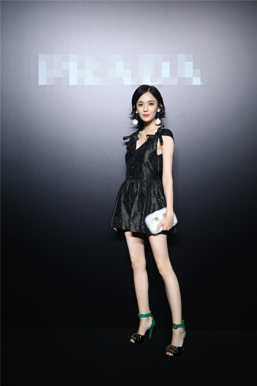 孙俪娜扎齐现身造型优雅笑容甜美长腿抢镜