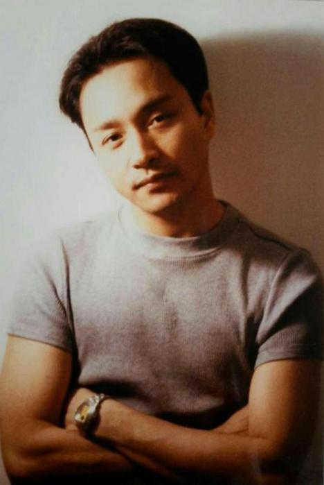 2003年4月1日晚上18点41分在香港文华酒店坠楼身亡,年终46岁.