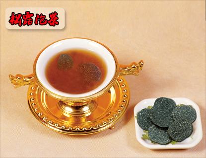 然后用松露沸水去冲泡传统的茶叶,其中最为奇妙的当属松露水冲普洱茶