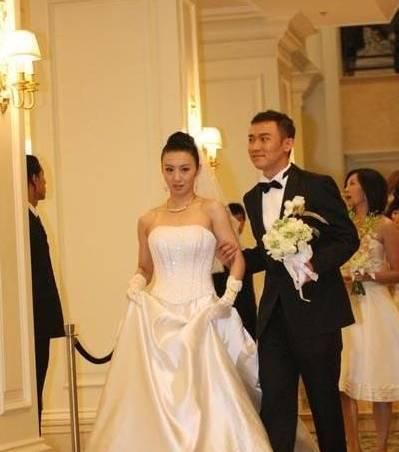 老婆叫王慧,艺名阳光,也是个演员,婚后就淡出视线了,所以不怎么图片