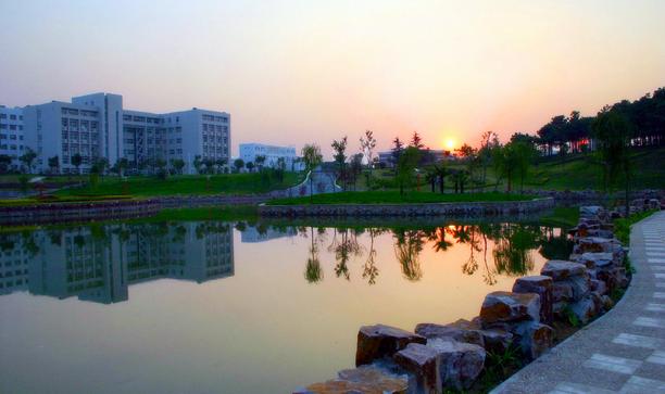 学校坐落在风景秀丽的江南历史文化名城江苏省镇江市