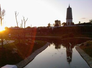 """""""塔湾夕照""""是盛京八景之一,常常被诗人拿来吟咏."""
