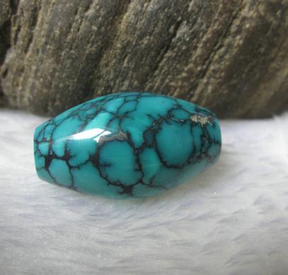 指因铁质的存在而形成的具有蜘蛛网状花纹的绿松石
