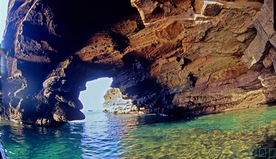 斜阳岛由火山喷发堆积和珊瑚沉积形成,岛上空气清新宜人,沿岸海水碧蓝